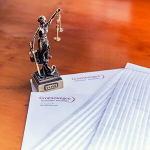 Groenewegen advocaten Heerenveen Vrouwe Justitia en briefpapier