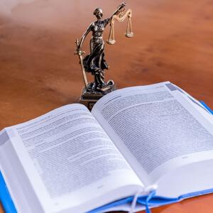 Groenewegen advocaten Heerenveen Vrouwe Justitia en wetboek