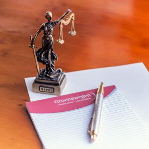 Groenewegen advocaten Heerenveen Vrouwe Justitia schrijfblok pen